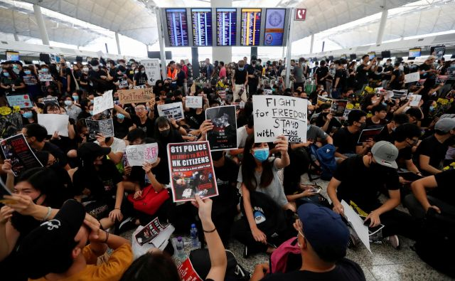Demonstranti so zasedli odhodni terminal mednarodnega letališča v Hongkongu. Foto Reuters