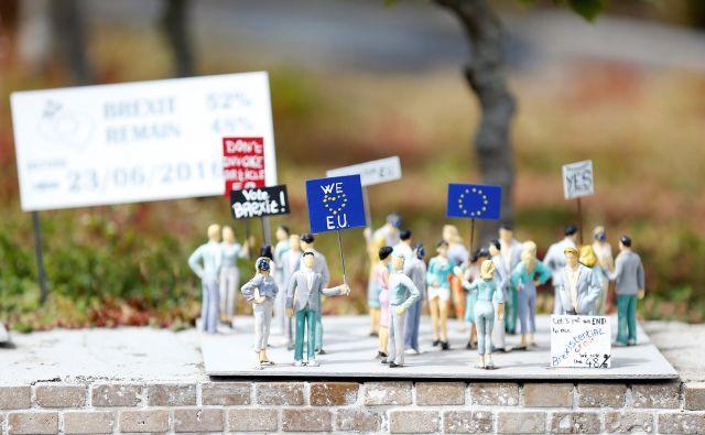 »Za« in »proti« brexitu sta našla svoj odmev tudi v ironičnih miniaturah. Posledice pa bodo resnične - in žal ne majhne. FOTO: Reuters