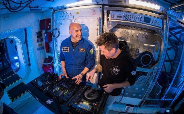 Luca Parmitano na učnih urah pri didžeju LeShuuku v evropskem vesoljskem centru v Kölnu. FOTO: BCB