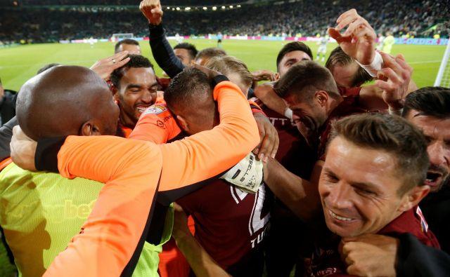 Nogometaši romunskega prvaka Cluja so se v Glasgowu veselili napredovanja, potem ko so bili še v 72. minuti v zaostanku z 2:3, a so na koncu zmagali s 4:3. FOTO: Reuters