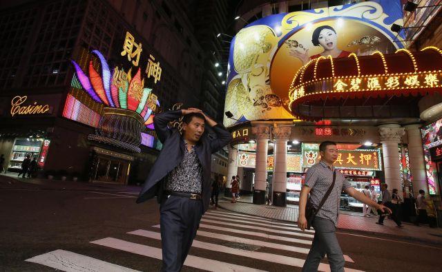 Macao, ki zavzema približno tretjino newyorškega Manhattna, je eno od najbolj gosto poseljenih območij na svetu, znan in obiskan pa je predvsem zaradi igralnic. Več kot 40 jih ustvari veliko več prometa od Las Vegasa. FOTO: Reuters