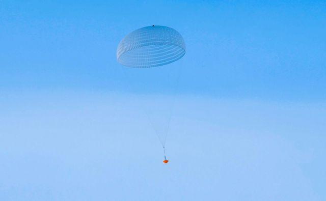 Testiranje glavnega padala se je že dvakrat končalo z razočaranjem. Fotografija je sicer posneta pri uspešnem testu z višine 1,2 kilometra. FOTO: Esa