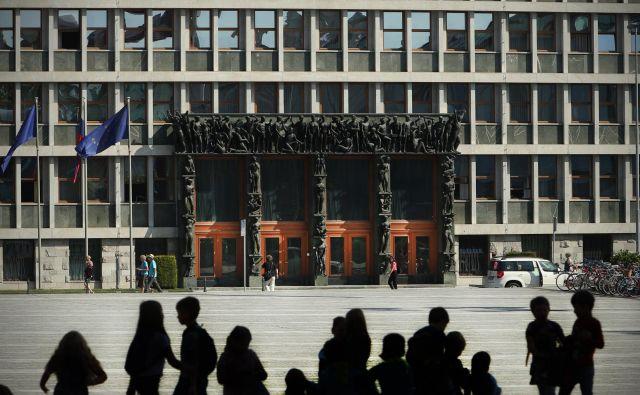 Šestdesetletnico parlamentarne stavbe arhitekta Vinka Glanza zaznamuje prenova. FOTO: Jure Eržen