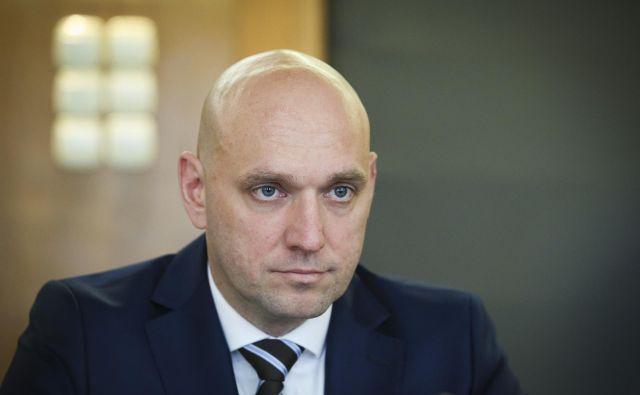 Minister za okolje Simon Zajc nima le težav v resorju, prihajajo tudi politične. FOTO: Jože Suhadolnik/Delo