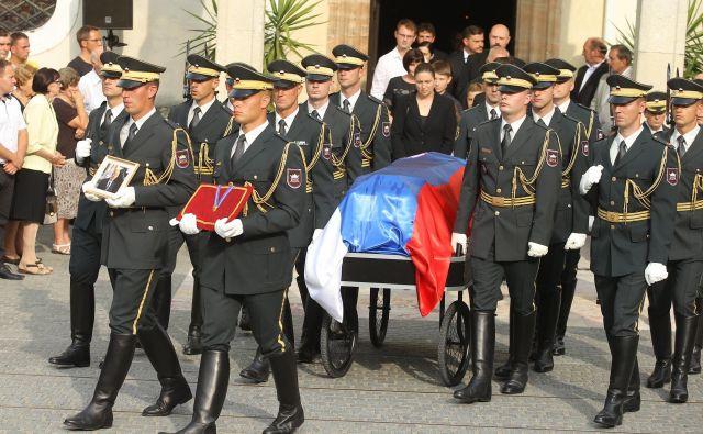 Pogreb Ivana Omana v Škofji Loki je potekal z vojaškimi častmi. FOTO: Jože Suhadolnik/Delo