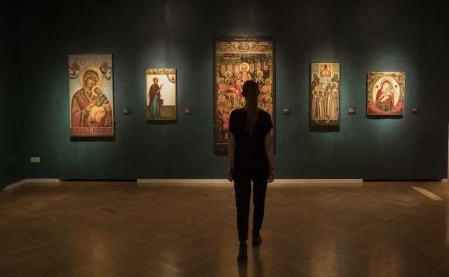 Na razstavi so predstavljene ikone, ki so stale v rdečem kotu vsake ruske hiše, velike cerkvene ikone in manjše podobe, okrašene z dragocenimi zakladi. Foto Voranc Vogel