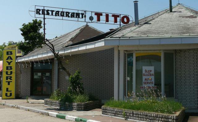 Restavracija Tito ob avtocesti iz Beograda proti Nišu. Še nedavno so tukaj stregli v rdečih pionirskih rutkah in partizanovkah.<br /> Fotografija Milena Zupanič