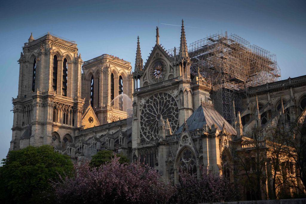 FOTO:Zaradi čiščenja ostankov svinca zaprli ulice okoli katedrale Notre Dame