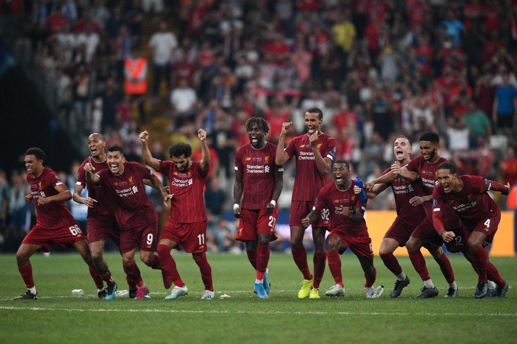 FOTO:Rezervist Adrian prinesel pokal Liverpoolu