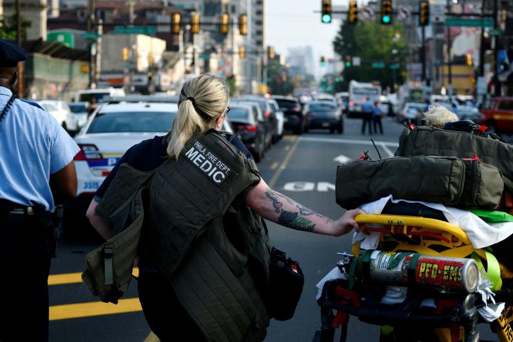 FOTO:V streljanju v Philadelphiji ranjenih vsaj šest policistov