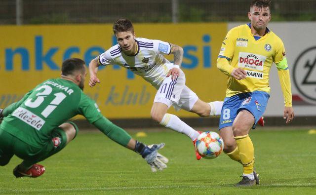 Janez Pišek (desno) bo derbije proti Mariboru igral v domžalskem dresu, Luka Zahović pa bo velika nevarnost za celjskega vratarja Metoda Jurharja. FOTO: Tadej Regent/Delo