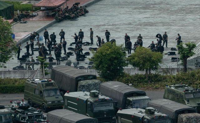 Kitajska krepi prisotnost oborožene policije v mestu Shenzhen blizu Hongkonga. FOTO: AFP