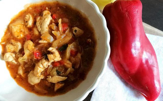 V kombinaciji s piščancem nam bo šopek raznobarvnih paprik sestavil krasno precej lahko in zdravo kosilo, ki se lahko ob večji količini podaljša še v lahko večerjo. Foto: Tanja Drinovec