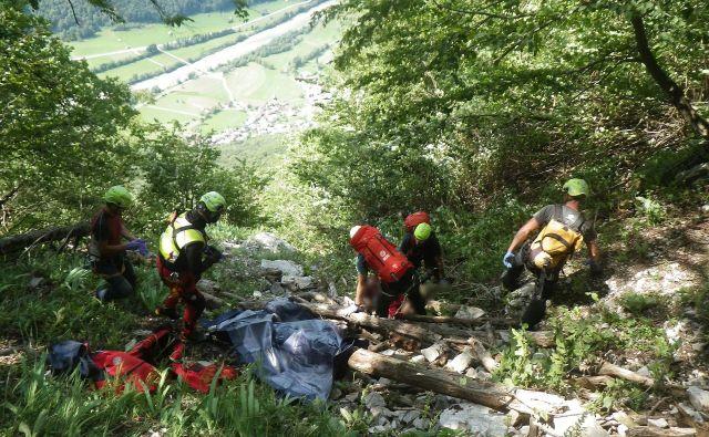 Jadralnemu padalcu na Mrzlem vrhu žal niso mogli več pomagati. Foto GRS Tolmin
