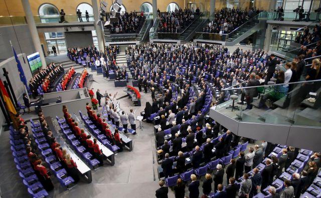 Poslanci s svojo plačo zaslužijo dobrih 10.000 evrov bruto na mesec, še višji so drugi prihodki. Foto: Reuters