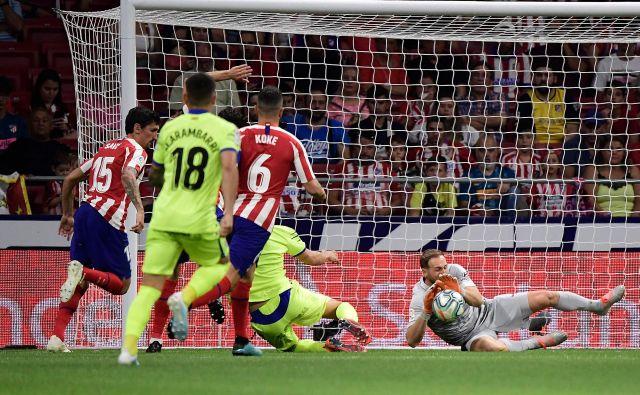 Že štiri sezone zapored najboljši vratar španskega nogometnega prvenstva Jan Oblak je tudi v uvodni tekmi »LaLiga« proti Getafeju izzivalcem dal vedeti, da lovorike zamora ne bo kar tako izpustil iz rok. FOTO: AFP