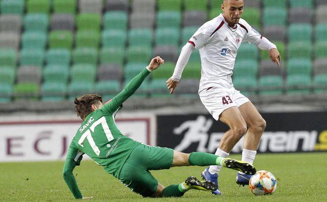 Kranjski zvezni igralec David Tijanić je v Sežani zadel le vratnico, tretje ligaške zmage pa so se veselile Sežančani. FOTO: Mavric Pivk/Delo
