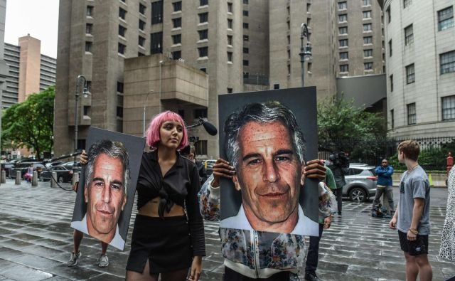 Smrt 66-letnika odpira številna vprašanja. Med drugim ni jasno, ali bo več deset Epsteinovih domnevnih žrtev, ki se z njim sedaj ne bodo mogle soočiti pred sodiščem, v prihodnje lahko dobilo odškodnino. FOTO: Stephanie Keith/Afp