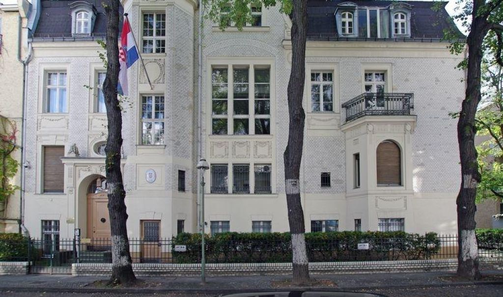 Hrvaška diplomatka sredi Berlina širi rasizem in ksenofobijo