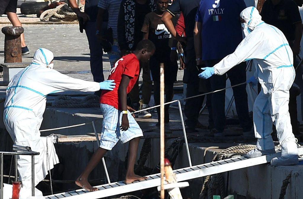 FOTO:Z ladje Open Arms izkrcali 27 mladoletnih migrantov