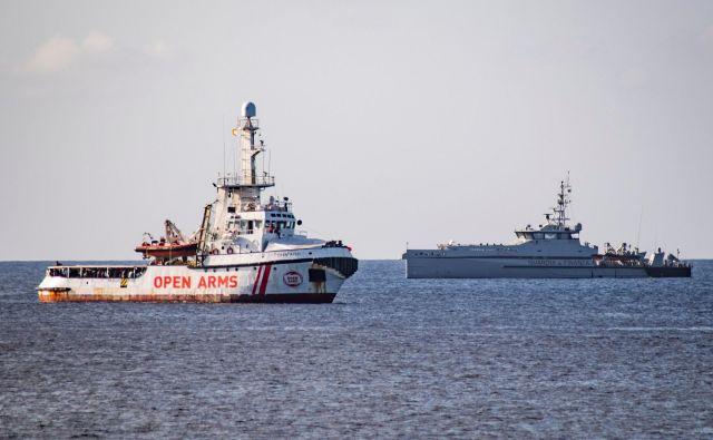Soočenje Open Arms in italijanske policijske ladje. FOTO: Alessandro Serrano/AFP