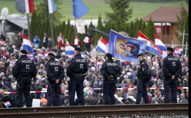 Na letošnjem zborovanju Hrvatov v spomin na žrtve povojnih pobojev na Libuškem polju so bili prepovedani fašistični pozdravi in nošenje ustaških simbolov. FOTO: Matej Družnik