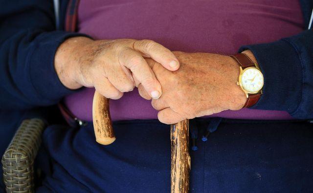 Obstoječ sistem dopolnilnega zdravstvenega zavarovanja je nesolidaren do starostnikov. Foto: Blaž Samec/Delo