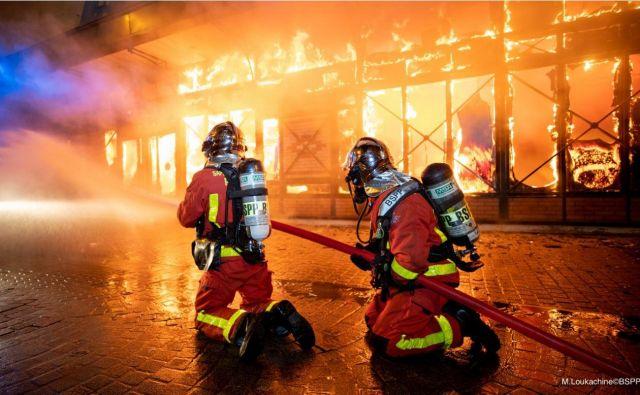 Na zaprti tržnici na severozahodu Pariza je ponoči izbruhnil požar. FOTO: Marc Loukachine/AFP