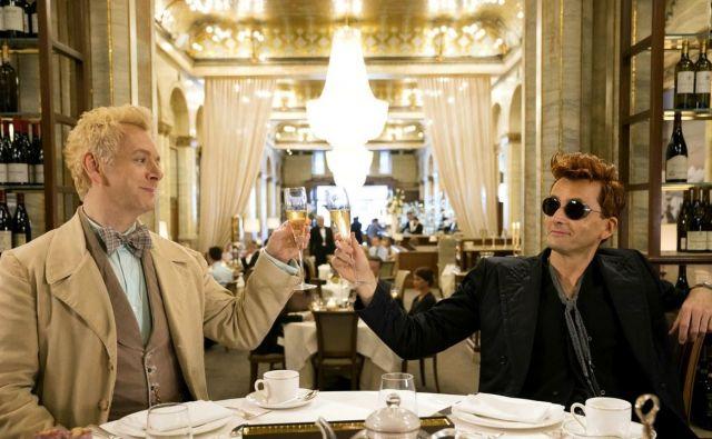V seriji navdušujeta glavna igralca Michael Sheen, ki igra Aziraphala, in David Tennant, ki nastopi v vlogi Crowleyja. Foto promocijsko gradivo