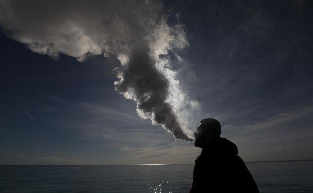 Elektronske cigarete so med mladimi vedno bolj priljubljene. FOTO: Reuters