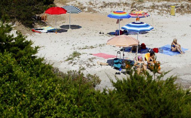Veliko ljudi po obisku Sardinije steklenice s peskom prodaja prek spleta. FOTO: Max Rossi/Reuters