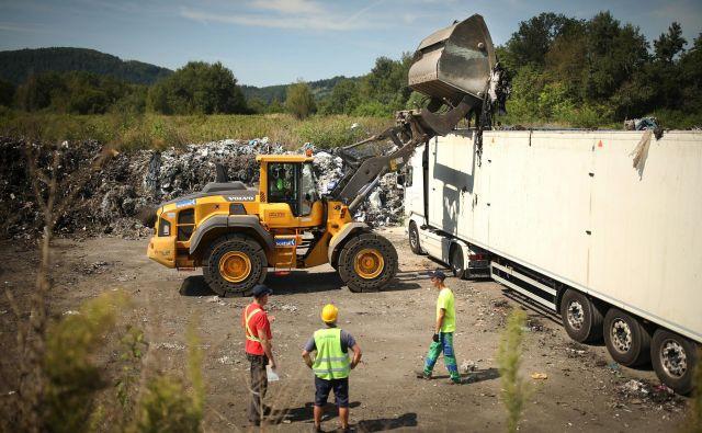 Odvoz odpadkov v Zalogu pri Straži bo potekal v dveh fazah, skupno jih bodo odstranili in na sežig odpeljali okoli 7500 ton. FOTO: Jure Eržen