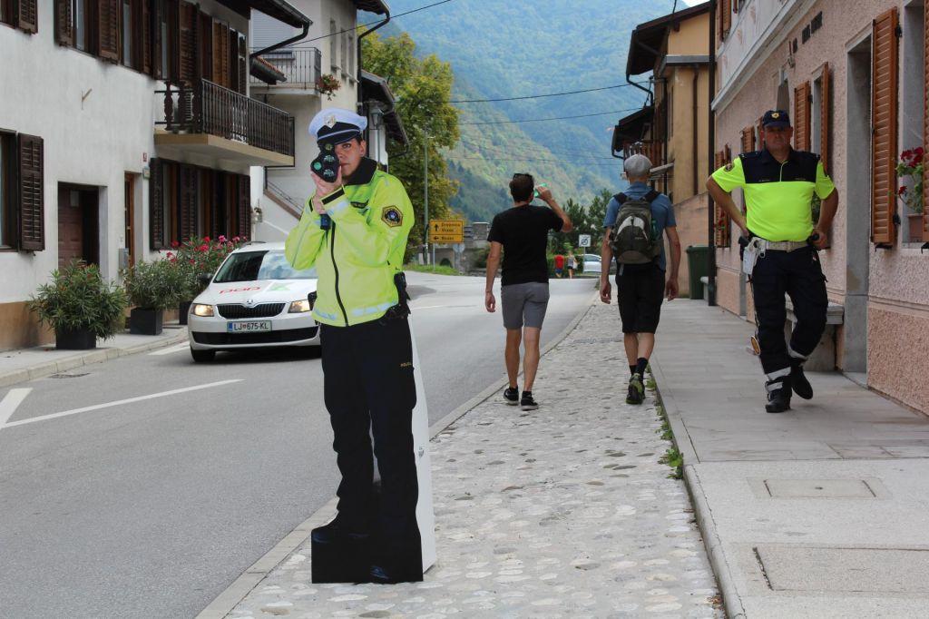 Promet umirjajo plastični policisti