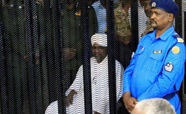 Omar al Bašir, še »včeraj« absolutni vladar, je v kovinski kletki dve uri poslušal obtožnico proti njemu. Foto: Reuters