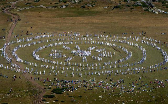 Na bulgarski gori Rila ob jezeru Babreka se je zbralo več sto članov mednarodnega verskega gibanja Bela bratovščina. V čudoviti naravi, daleč od civilizacije so praznovali njihovo »duhovno« novo leto s kolektivnim meditativnim plesom, znanim kot panevritmija, za katerega verjamejo, da jih povezuje s kozmičnimi ritmi. FOTO: Nikolay Doychinov/AFP