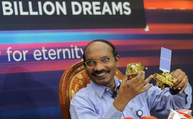 Predsedniku indijske vesoljske organizacije K. Sivan se smeje, saj gre sondi Čandrajan 2 vse kot po maslu. FOTO: Manjunath Kiran/AFP