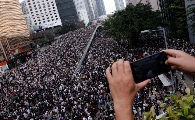 Proteste v Hongkongu je partijska propaganda na družbenih omrežjih prikazala v drugačni luči. Foto: Reuters