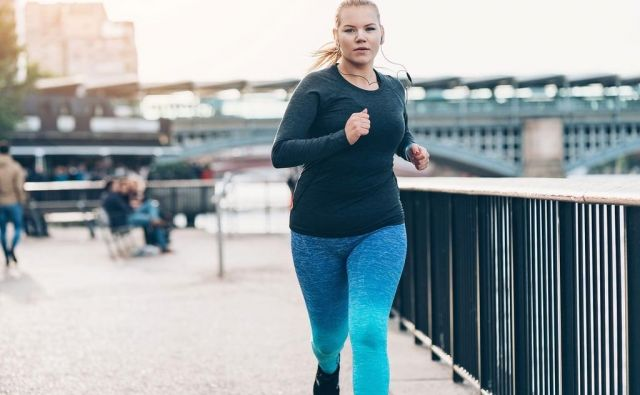 Raziskave so pokazale, da je za učinkovito izgubo kilogramov najbolj primeren jutranji tek, saj telo zaradi praznih glikogenskih zalog bolj porablja maščobe. Foto: Shutterstock