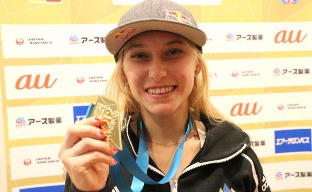 Takole je še tretjo zlato kolajno na svetovnem prvenstvu v Hačiodžiju in šesto takšnega leska v karierni zbirki pokazala Janja Garnbret. FOTO: Manca Ogrin