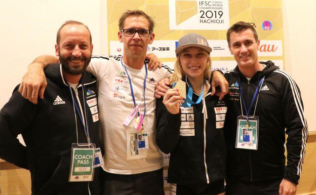 Trikrat zlata na svetovnem prvenstvu na Japonskem Janja Garnbret s trenerskim štabom (z leve): Urhom Čehovinom, Luko Fondo in Gorazdom Hrenom. FOTO: Manca Ogrin