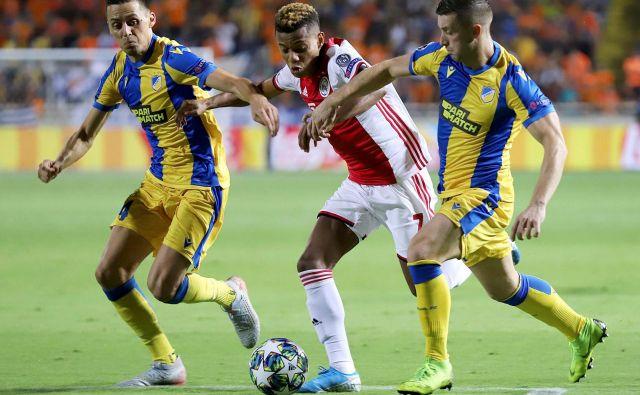 Cenjeni Ajaxov napadalec David Neres ni mogel prebiti obrambe Apoela. FOTO AFP