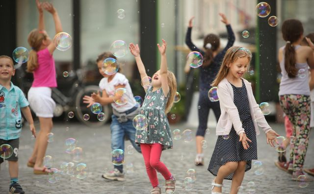 Otroci lahko ob kratkotrajni nepozornosti staršev hitro odtavajo po svoje oziroma neznano kam. Foto: Jure Eržen/Delo
