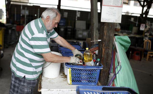 Odpadno olje pogosto prinesejo iz več gospodinjstev skupaj. FOTO Blaž Samec/Delo