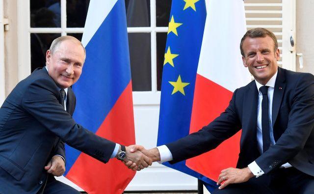 Ruski predsednik Vladimir Putin s svojim francoskim kolegom Emmanuelom Macronom, ki je predlagal, da Rusijo naslednje leto spet povabijo na vrh skupine držav G7. FOTO: Reuters