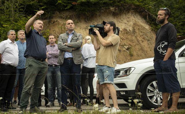 Obisk ministra z okolje Simona Zajca v Gorenjih Novakih, kjer imajo lokalni kmetje težave z zvermi. FOTO: Voranc Vogel/Delo