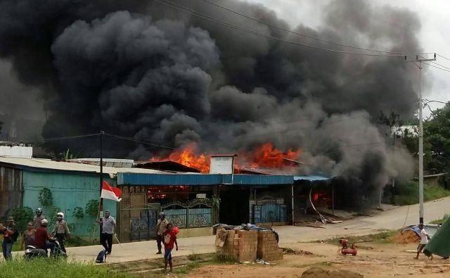 V nemiru je bilo požganih več stavb, med njimi zaporniška. Foto Hasyim Kelirey/AFP