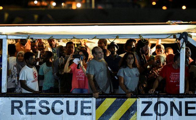 Sinoči je 81 migrantov, kolikor jih je še ostalo na ladji Open Arms, začutilo trdna tla pod nogami. FOTO: Guglielmo Mangiapane/Reuters