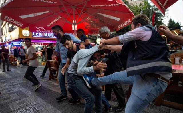 Turška vlada je odstranila tri kurdske župane zaradi domnevnih povezav s kurdskimi militanti. Župani provinc Diyarbakir, Mardin in Van, vsi člani Ljudske demokratične stranke (HDP), izvoljeni marca letos, so bili suspendirani. Zaradi te sankcije je prišlo v teh občinah do množičnih protestov, na katerih je prišlo do spopadov s policijo. FOTO: Yasin Akgul/AFP