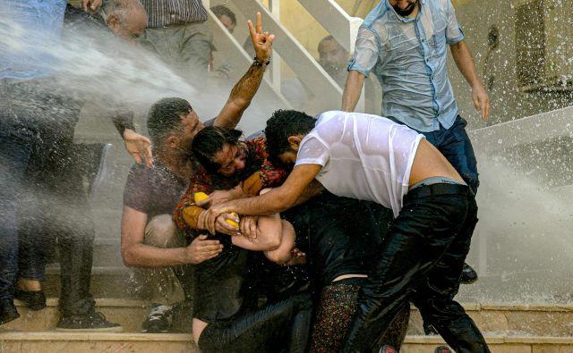 Turška vlada je včeraj odstranila tri kurdske župane zaradi domnevnih povezav s kurdskimi militanti. Župani provinc Diyarbakir, Mardin in Van, vsi člani Ljudske demokratične stranke (HDP), izvoljeni marca letos, so bili suspendirani. Zaradi te sankcije je prišlo v teh občinah do množičnih protestov, na katerih je prišlo do spopadov s policijo. FOTO: Ilyas Akengin/AFP