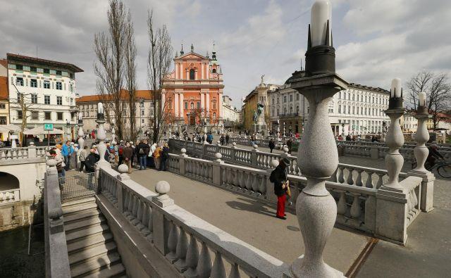 Tatovi, ki se v turističnih krajih ukvarjajo s torbičarstvom, delujejo tudi v Ljubljani. Foto Leon Vidic